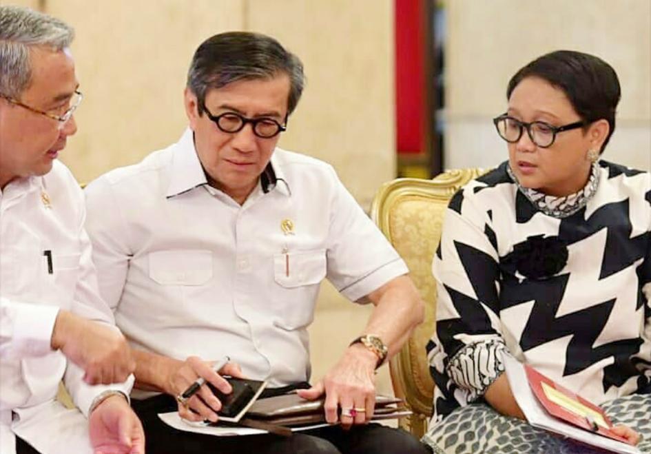 Bersama Menteri Desa, Pembangunan Daerah Tertinggal, dan Transmigrasi, Bapak Eko Putro Sandjojo dan Menteri Luar Negeri Ibu Retno Marsudi, di sela-sela rapat kabinet.