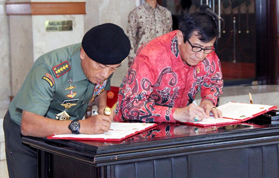Penandatangan MoU antara Menteri Hukum dan HAM RI dengan Panglima TNI, Moeldoko, di Mabes TNI Cilangkap