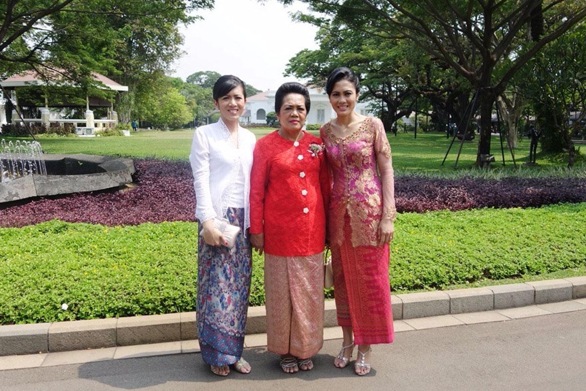 Istri dan kedua putri sesaat setelah pelantikan sebagai Menteri Hukum dan HAM RI