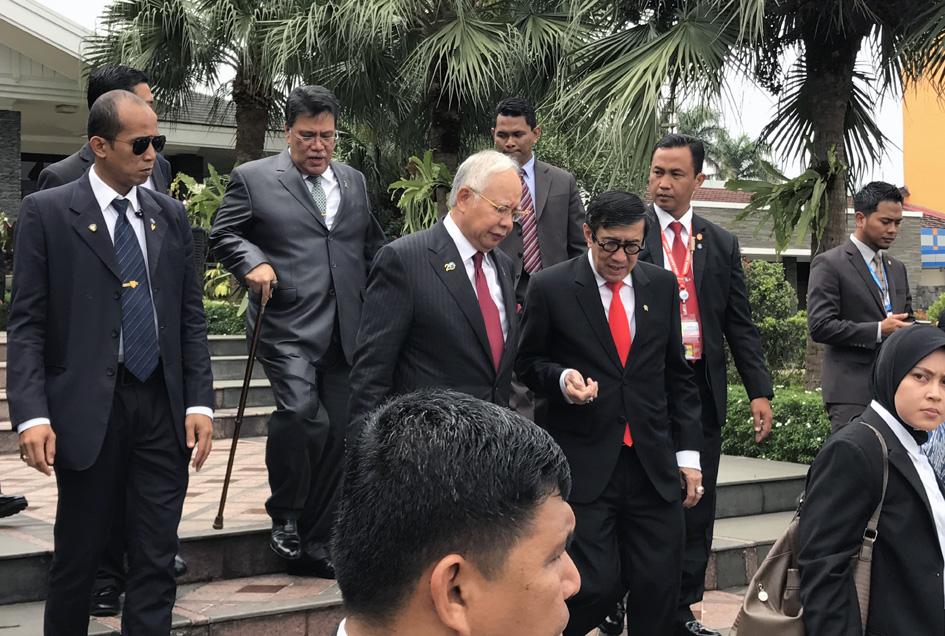 Menyambut Perdana Menteri Malaysia Najib Razak, saat menghadiri Konfrensi Asia Afrika di Jakarta, Maret 2017.