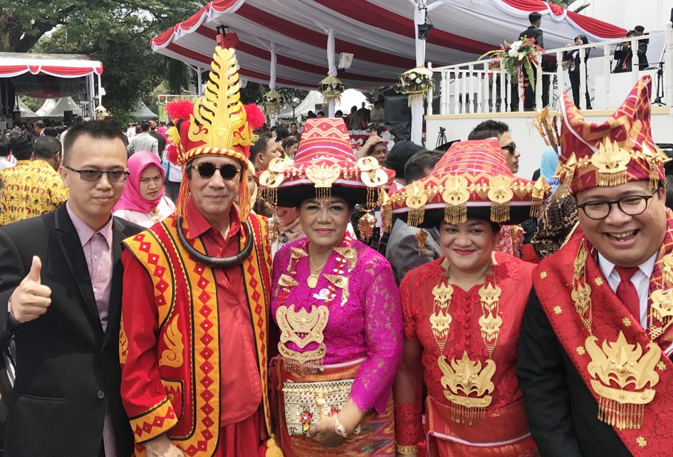 Saya menggunakan pakaian adat Nias dan istri pakaian adat Karo saat mengikuti upacara peringatan HUT RI tahun 2017.