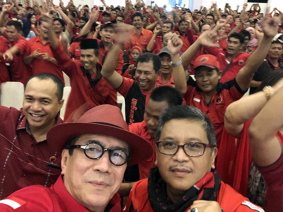 Bersama Sekjen PDI Perjuangan Hasto Kristiyanto dan kader partai di Rapat Kordinasi dan Safari Kebangsaan di Kabupaten Deli Serdang, Sumatera Utara.