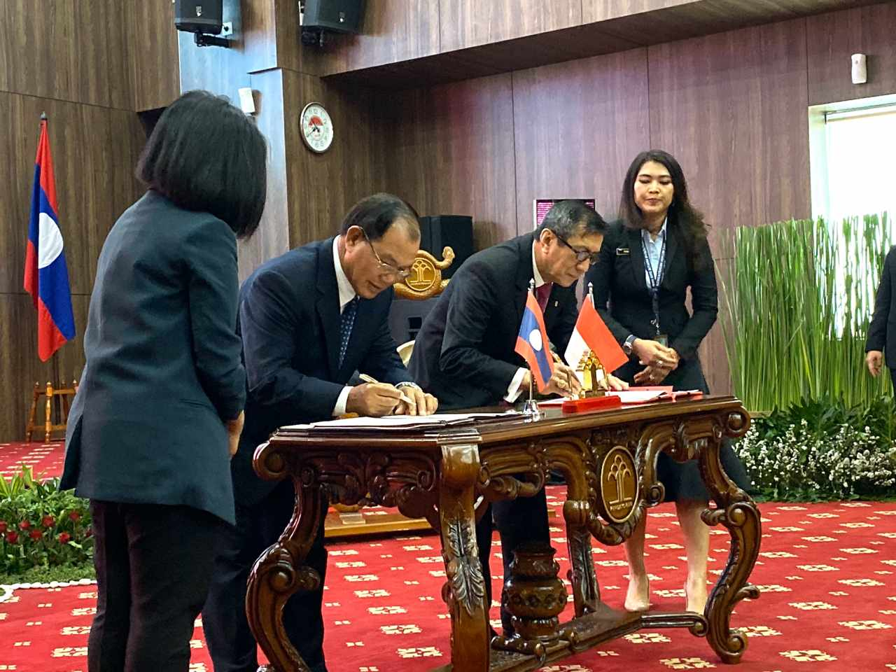 Penandatanganan Memorandum of Cooperation antara Kementerian Hukum dan HAM Republik Indonesia dan Kementerian Kehakiman Republik Demokratik Rakyat Laos, di Jakarta (04-11-2019).